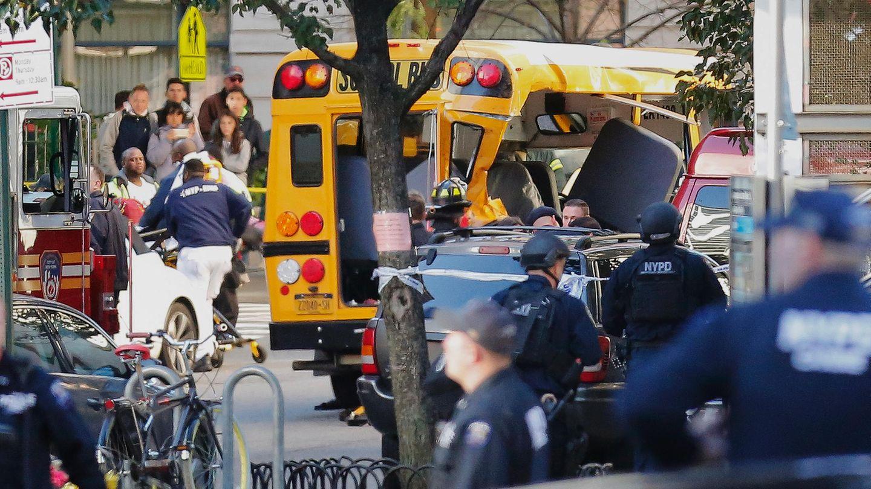 Zahlreiche Sicherheits- und Rettungskräfte sind an einem Schulbus in Manhattan versammelt