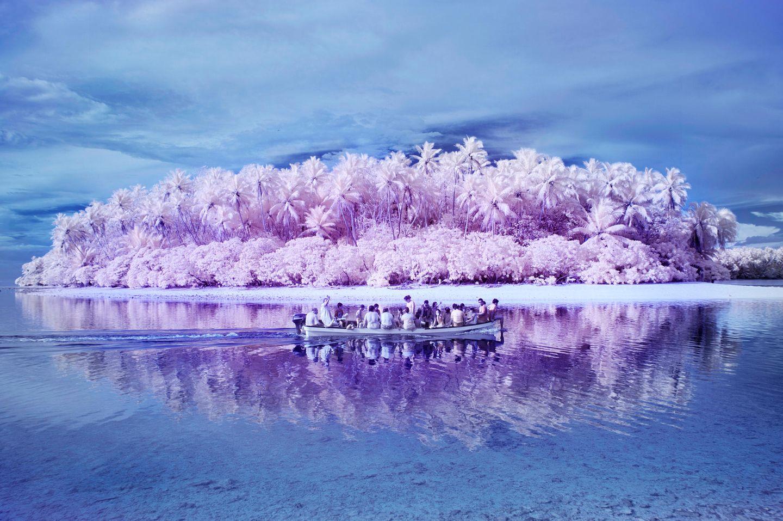 Pingelap liegt im Westpazifik und ist Teil der Föderierten Staaten von Mikronesien. 438 Bewohner zählt der kleine Inselstaat - und wäre damit eigentlich zur Bedeutungslosigkeit verdammt. Doch seit einigen Jahren werden zunehmend Wissenschaftler und Journalisten auf das Archipel aufmerksam. Der Grund: Viele Bewohner Pingelaps tragen ein seltenes Gen, das ihre Sicht auf die Welt grundlegend verändert.