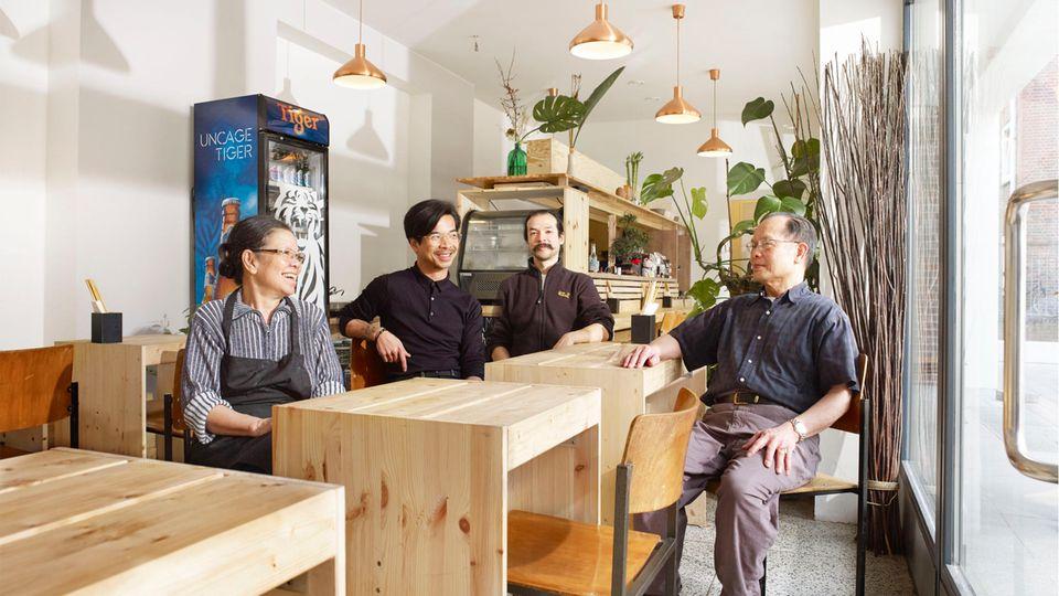 Bao Vu (Mitte links) und Chuong Vu (links hinten) mit Mama und Papa Vu