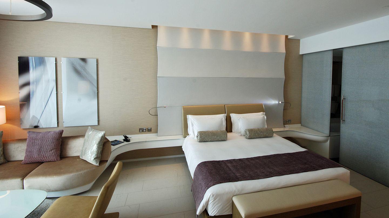 The YasViceroyHotel  In diesem Hotel sind die Formen im Fluss. Das zum Teil stromlinienförmige Mobiliar in den 499 Zimmern wurde dynamisch durchgestylt und sorgt für fließende Übergänge.  Infos:www.viceroyhotelsandresorts.com