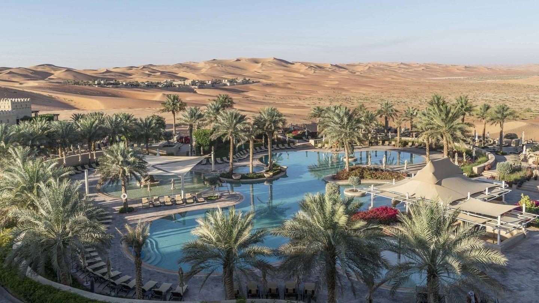 Qasr Al Sarab Desert Resort by Anantara  Zwei Stunden von Abu Dhabi entfernt: Mitten in der Liwa-Wüste liegt diese Oase des Luxus, ein einzigartiges Resort mit 206 Zimmern, Villen und Suiten. Bogenschießen, Kameltrekking, Wüstenwanderungen gehören zu den Freizeitangeboten - neben Schwimmen im Pool.  Infos:https://qasralsarab.anantara.de.com