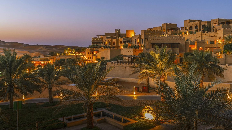 Qasr Al Sarab Desert Resort by Anantara  Die Architektur dieses Edelhotels in einer der größten Sandwüsten der Erde harmoniert mit der Landschaft. Die Formensprache basiert auf traditioneller arabischer Baukunst und verbindet Altes mit Neuem.    Infos:https://qasralsarab.anantara.de.com