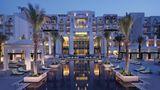Eastern Mangroves Hotels & Spa by Antara  Eine Oase gibt es im Emirat Abu Dhabi nicht nur in der Wüste, sondern auch am Wasser. Das von der thailändischen Hotelkette Anantara betriebene Luxushotel steht in einer für die Region äußerst grünen Umgebung: am Rande eines Mangrovenhains. Zusätzlich wurden 56.000 Bäume gepflanzt. Mit seinen Flachkuppeln und Spitzbogenfenstern verbreitet das Gebäude einen neuarabischen Touch.  Infos:http://abu-dhabi.anantara.de.com