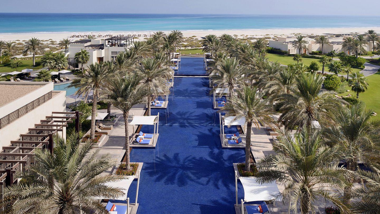 Park Hyatt Abu Dhabi Hotel and Villas  Entspannen auf einer Liege am langgestreckten Pool oder am naturgeschützten Strand auf der Abu Dhabi vorgelagerten Insel Saadiyat. Hauptattraktion auf der 27 Quadratkilometer großen Insel ist die Dependance des Louvre Museums Abu Dhabi.  Infos:https://abudhabi.park.hyatt.com/en/hotel/home.html
