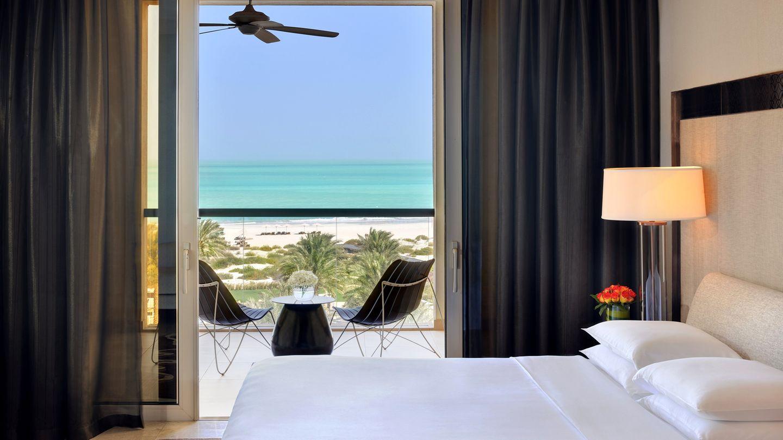 Park Hyatt Abu Dhabi Hotel and Villas    Bei der Architektur des Park Hyatt auf der Abu Dhabi verschwimmen die Grenzen zwischen Drinnen und Draußen. Im Bild eines von den mehr als 300 Gästezimmern, die alle entweder einen Blick auf den Strand, den Golfclub oder auf den Hotelgarten haben.  Infos:https://abudhabi.park.hyatt.com/en/hotel/home.html