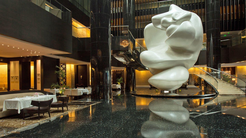 Park Hyatt Abu Dhabi Hotel and Villas    Auf den ersten Blick beeindruckend: die Lobby mit einer großen Kunstskulptur. Das Architekturbüro Perkins Eastman schuf ein von geometrischen Formen geprägtes Haus - im Gegensatz zur umgebenden Natur.  Infos:https://abudhabi.park.hyatt.com/en/hotel/home.html