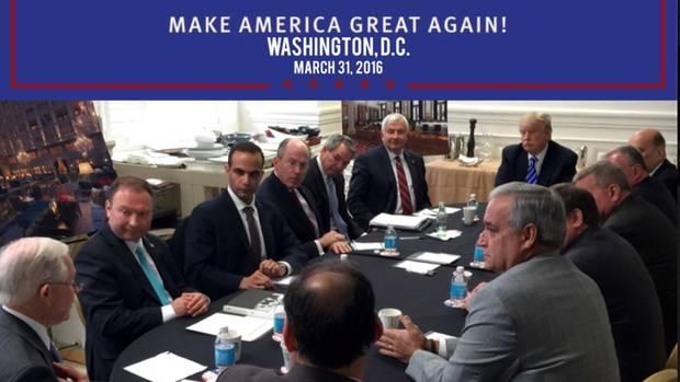 George Papadopoulos am Tisch mit Trump