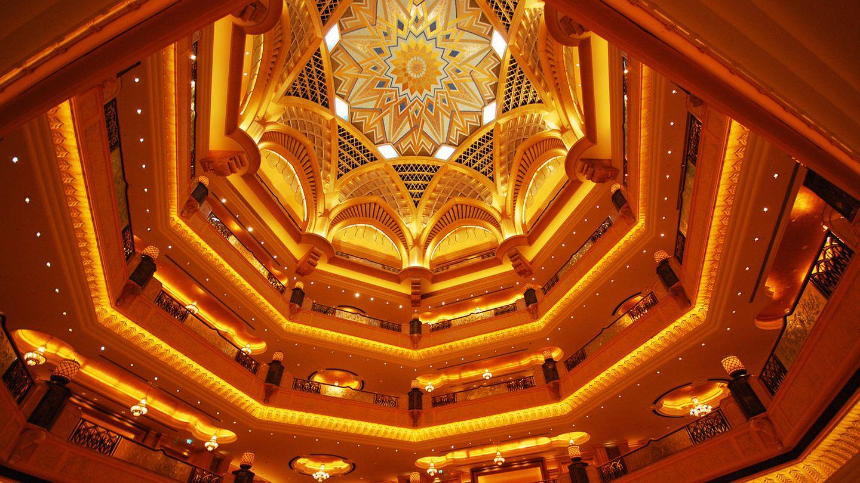 Emirates Palace  Nach Durchschreiten der Lobby folgt die 72 Meter hohe Kuppel, von der die Korridore zu den fast 400 Zimmern und Suiten abgehen. In dem von Kempinski betriebenen Palast glitzern Blattgold und Marmor um die Wette.  Infos:www.kempinski.com