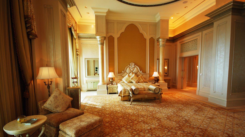"""Emirates Palace  Von """"Zimmern"""" zu sprechen wäre untertrieben: In mehrere Etagen stehen die hochherrschaftlichen Gemächer den Regenten der sieben Emirate exklusiv zur Verfügung. Aber auch Tagesgäste sind willkommen.  Infos:www.kempinski.com"""