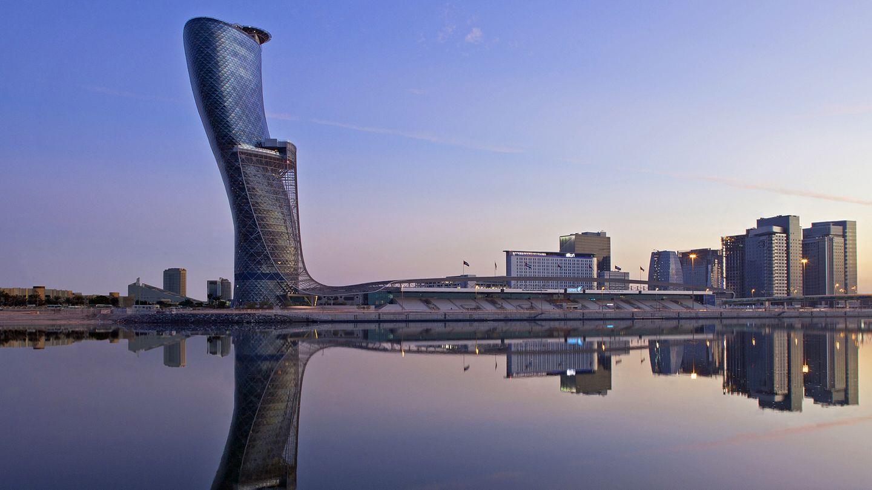 Hyatt Capital Gate  Zu den markantesten Bauwerken in den Emiraten gehört der Capital Tower unweit des Messegeländes von Abu Dhabi. Die Neigung des Multifunktions-Wolkenkratzers mit 18 Grad gen Westen beträgt wesentlich mehr als der Schiefe Turm von Pisa und beherbergt unter anderem ein Hyatt Hotel.  Infos:https://abudhabicapitalgate.hyatthotels.hyatt.com/en/hotel/home.html
