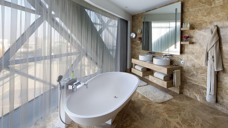 """Hyatt Capital Gate    Der 160 Meter hohe """"Leaning Tower of Abu Dhabi"""" hat es sogar ins """"Guinessbuch der Rekorde"""" geschafft. Und man kann in ihm übernachten: Es gibt 189 Zimmer mit bodentiefen Fenstern und Marmorbädern - wie dieses hier in einer der 22 Suiten.  Infos:https://abudhabicapitalgate.hyatthotels.hyatt.com/en/hotel/home.html"""