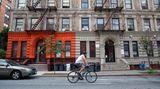 """Columbia University – Fifth Avenue  Ich schaue auf das Fahrrad. Hinter mir rast vierspurig der Verkehr die Amsterdam Avenue in Harlem hoch und runter. Ich fühle mich wie ein Indianer kurz vor dem gefährlichen Ausritt in fremdes Stammesgebiet. Beobachte meine Hand, wie sie den Sattel des """"Citi Bike"""" streichelt: Ruuuhig Fahrrad, gutes Fahrrad! Sitz höher stellen, Bremsen prüfen, dann springt die Ampel auch schon auf Grün. Die Autos und Busse rollen an, ich auch, leichter Schwenk nach links, der Autofahrer neben mir hupt mich sofort an den Straßenrand zurück. Es geht bergab, rechts vor mir taucht das obere Ende des Central Parks auf, links führt der Malcolm X Boulevard tiefer nach Harlem hinein, ich nehme den Schwung der Abfahrt mit und biege in die Fifth Avenue ein."""