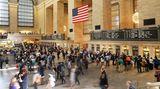 Times Square – Madison Square Park  Nun folgen Höhepunkte im Minutentakt: Public Library. Grand Central, New Yorks Pendler-Kathedrale. Meine Schritte auf dem marmornen Boden, die so schön unter dem Himmelszelt hallen. Der Puls der Stadt, der in diesem noch immer weltgrößten Bahnhof lauter und schneller pocht als irgendwo sonst. Ich halte inne, genieße das Großstadtgefühl, das mich voll erfasst, dann werde ich vom Menschenfluss weitergetragen. Chrysler Building. Empire State Building. Dann das eleganteste Architekturdreieck der Welt, das Flatiron Building, das Bügeleisengebäude.
