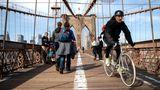 Chinatown – Brooklyn Heights   Die Fahrt über die Brooklyn Bridge ist die Paris–Roubaix-Etappe meiner Manhattan-Tour. Was beim Radsportklassiker die Pflastersteine, sind hier die Holzlatten des Radwegs, der in diesem Spinnennetz aus Stahl über den East River führt. Der Sattel klopft rhythmisch gegen mein Hinterteil, das eh schon schmerzt. In Brooklyn angekommen, blicke ich auf die Skyline von Lower Manhattan – und zurück. Per Fahrrad lässt sich Manhattan bestens erobern. Die Sinfonie aus Hupen und Schreien, die Gerüche – alles mischt sich hervorragend mit dem Fahrtwind.