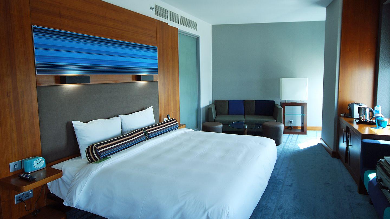 Aloft Abu Dhabi  Ebenfalls beim Messegelände hat die Starwood-Gruppe aus den Vereinigten Staaten ein Haus der Marke Aloft. Die Lifestyle-Hotels - in Abu Dhabi mit Außenpool - sind ein Ableger der W-Hotels, sind aber bedeutend preiswerter und eher der Drei-Sterne-Kategorie zuzuordnen.  Infos: www.aloftabudhabi.com
