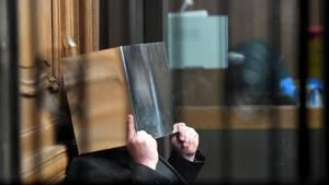 Angeklagter im Prozess um zerstückelte Leiche in der Tiefkühltruhe verbirgt sein Gesicht