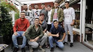 Renate Hoppe (63, M.) mit zehn ihrer elf Schützlinge, v.l.n.r. vorne: Youssef (37), Shiar (21), Zead (19), hinten: Abdulla (21), Mohammad (21), Shivan (18), Ali (16), Dilwar (21), Hamed (23) und Nouhad (17)