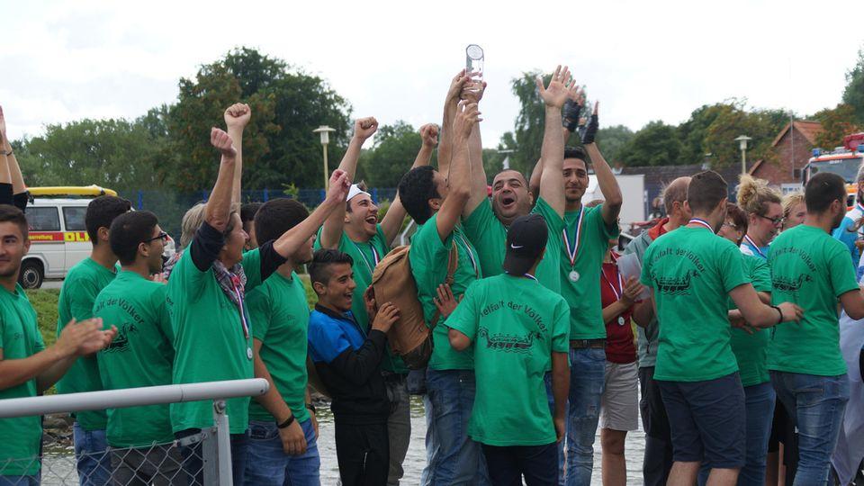 Beim Drachenbootrennen in Glückstadt wurden die Syrer zwar nicht Erste, aber heimsten einen Preis für die beste Präsentation ein.