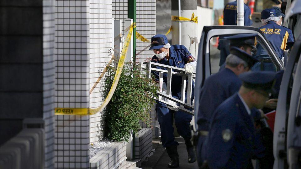 Zama, Japan: Polizeibeamte vor der Wohnung, in der neun Leichen entdeckt wurden.