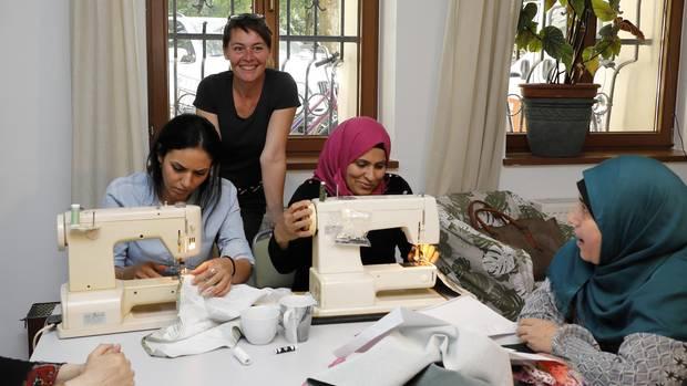 """Integration à la Rathenauplatz: Diplompädagogin Doris Hohmann (48), die zum Vorstand der Bürgergemeinschaft Rathenauplatz gehört, kümmert sich um Flüchtlingsfrauen, die im benachbarten Hotel untergebracht sind. """"Diese Frauen leben dort allein mit ihren Kindern und würden sich kaum raustrauen, wenn es uns nicht gäbe"""", erklärt sie."""
