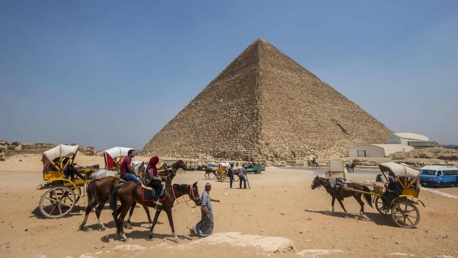 Die Cheops-Pyramide liegt bei Kairo. Sie ist das Grabmal des ägyptischen Königs Cheops, der gut zweieinhalb Jahrtausende vor Christi Geburt regierte.