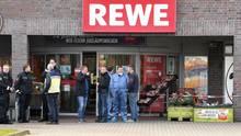 Beamte der Spurensicherung nach der Tat vor dem Rewe-Supermarkt in Bremen