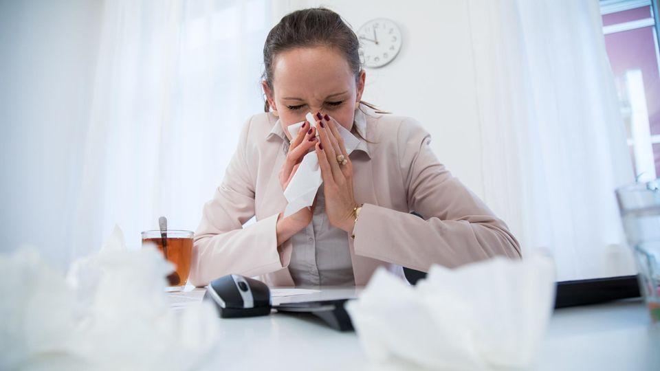 Trotz Grippe und Fieber: Warum so viele Deutsche sich krank zur Arbeit schleppen