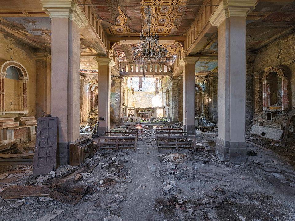 """Bild 1 von 11der Fotostrecke zum Klicken Diese Kapelle in Italien wurde vor Jahren durch ein Erbeben zerstört. Der Fotograf Francis Meslet hat verlassene Kirchen in Europa besucht und seine Aufnahmen in dem Buch """"Mind Travels"""" veröffentlicht."""