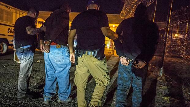 Endstation für Dilemi (ganz rechts) und einen anderen Flüchtigen ist das Gefängnis Rikers Island nahe New York. Am nächsten Morgen werden sie einem Richter vorgeführt