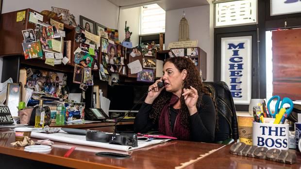 """Esquenazi im Büro ihres """"Empire Bail Bonds"""" auf Long Island. Filialen finden sich gegenüber von fast jedem Gericht in New York"""