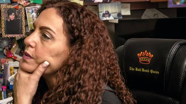 Die Chefin der größten Kopfgeldagentur in New York ist Michelle Esquenazi, im Reality-TV bekannt als Queen of the Bounty Hunters, die Kopfgeldkönigin