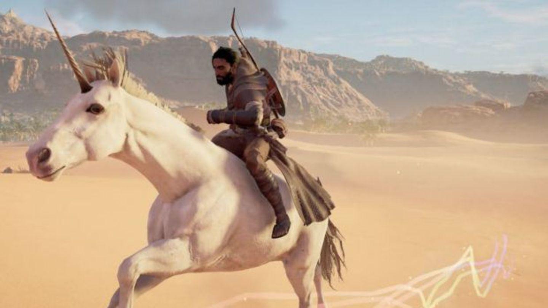 Ein altägyptischer Kämpfer jagt auf einem Einhorn durch die Wüste