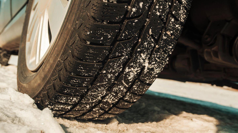 Reifencheck  Winterreifen gehören zur absoluten Pflichtausstattung. Man erkennt sie am Schneeeflocken–Symbol oder an der M+S Kennung. Die Daumenregel für Nutzungsdauer ist OO -Oktober bis Ostern. Wer nicht im Gebirge lebt, kann auch mit Ganzjahresreifen auskommen. Ihr Vorteil: Sie müssen nicht zum Winter gewechselt werden. Neben der Überprüfung des Luftdrucks (etwa 2 Bar), müssen die Reifen nach äußerlich sichtbaren Schäden untersucht werden. Zeigen sich Risse oder poröse Stellen müssen die Reifen ausgetauscht werden. Ebenso, wenn sich bereits Teile der Oberfläche gelöst haben. Empfohlen sind mindestens 4 mm Profiltiefe. Nach StVO ist ein Minimum von 1,6 mm zugelassen – dann bauen die Reifen trotz Winterkennung allerdings keinen Grip auf Schnee mehr auf.  Populärer Irrtum: Auf richtigem Glatteis bremsen auch gute Winterreifen kaum. Also Vorsicht!