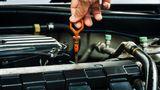Motor  Frostschutzmittel ist Pflicht. Der Gefrierpunkt lässt sich mit einer Spindel prüfen. 25 Grad sind ein guter Wert. Hier müssen vor allem Autobesitzer aufpassen, die im Laufe des Jahres Wasser nachgefüllt haben – dadurch wird das ursprüngliche Gemisch immer weiter verwässert.  Dabei sollte man auch den Füllstand des Motoröls prüfen und ggf. nachfüllen. Bei der Auswahl des passenden Motoröls müssen die Herstellervorgaben beachtet werden. Also nicht irgendein Öl nachfüllen. In Deutschland benötigt man kein spezielles Winteröl, wie es in extrem kalten Gegenden verwendet wird.