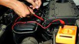 Batterie  Die Batterie ist das Sorgenkind im Winter. Scheinwerfer, Heizung und Lüften beanspruchen die Batterien enorm. Wer im Winter nur Kurzstrecken fährt, kann die Batterie leersaugen. Ab und zu eine längere Strecke zu fahren hilft, die Batterie wieder aufzuladen. Alternativ könnte man auf zusätzliche Stromverbraucher verzichten – das geht leider nur auf Kosten des Komforts.  Früher musste man den Säurestand prüfen, bei wartungsfreien Batterien ist das nicht möglich. Eine Autobatterie verschleißt und verliert an Leistung – nach vier bis fünf Jahren sollte sie laut ADAC ausgetauscht werden. Ist Ihre Batterie sechs Jahre und älter sollten Sie eine neue kaufen. Der Einbau ist auch für Laien möglich. Wenn möglich, sollte man die alte Batterie beim Kauf der neuen wegen des Batteriepfands mitnehmen. Eine 72Ah-Marken-Batterie für einen Wagen der Golfklasse kostet etwa 80 Euro. Aber Vorsicht: Im Markt für identische Produkte mit großen Preisunterschieden angeboten.