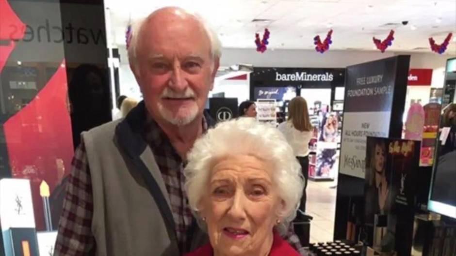 Bewegender Liebesbeweis: Seine Frau erblindet - deswegen nimmt dieser Mann an Schminkkursen teil
