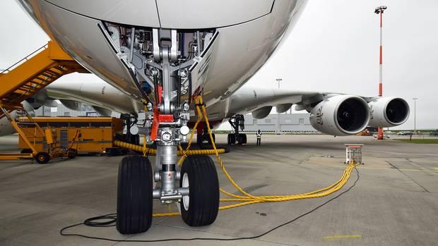 Ganz dicht dran: Das vordere Fahrwerk des Airbus A380. Das maximale Abfluggewicht des größten Passagierflugzeuges der Welt beträgt 560 Tonnen.