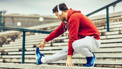 Mann wärmt sich auf für Sport