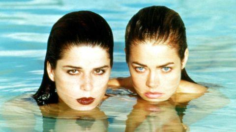"Neve Campbell (l.) undDenise Richards (r.)haben in ""Wild Things"" eine legendäre Szene im Pool"