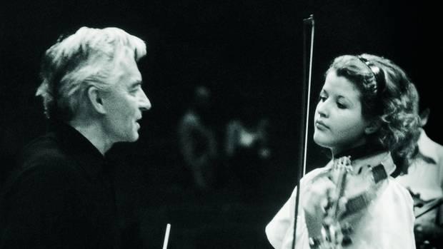 Meister Karajan und seine Solistin. Mit 13 spielte sie ihm erstmals vor. Aus Respekt siezte der Dirigent die junge Geigerin