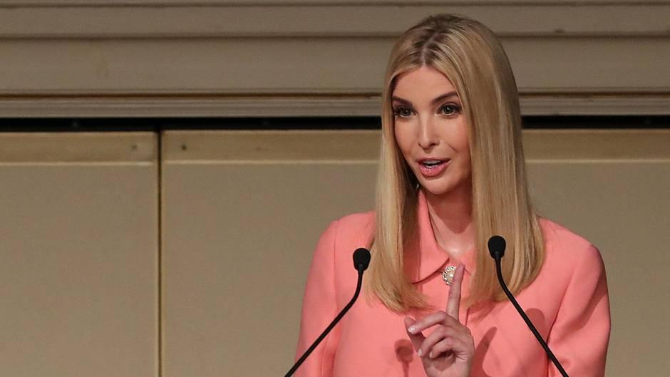 In einem rosafarbenen Kostüm steht Ivanka Trump mit erhobenem Zeigefinger am Redepult einer Frauenkonferenz in Tokio.