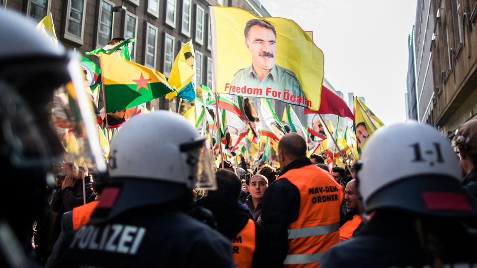 Die Polizei war in Düsseldorf mit einem Großaufgebot vor Ort und stoppte die Kurdendemo