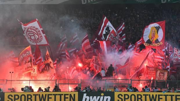 Zuschauer zündeten während der Bundesligapartie zwischen dem BVB und dem FC Bayern mehrmals Pyrotechnik