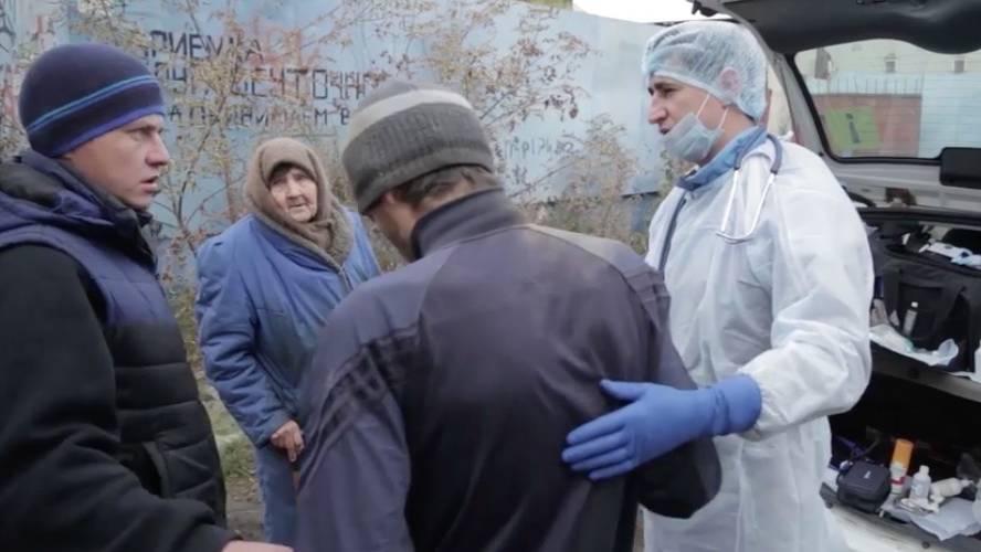 Selbstloser Einsatz: Dieser Arzt widmet einen Tag seiner Woche, um Obdachlosen zu helfen