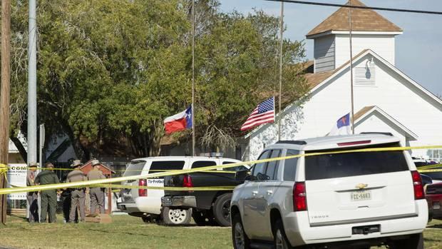Der Tatort in der Gemeinde Sutherland Springs im US-Bundesstaat Texas: Die Polizei hat die Kirche abgeriegelt.