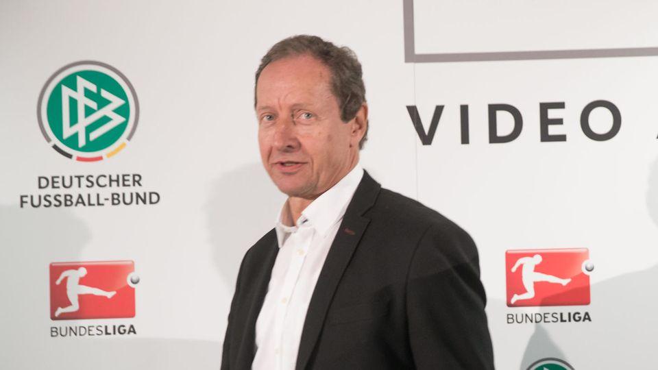 Hellmut Krug, Chef der Video-Schiedsrichter, sieht sich Manipulationsvorwürfen ausgesetzt