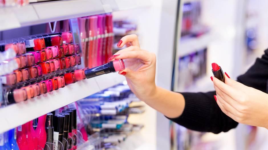 Können mit Keimen verunreinigt sein: Make-up-Tester in Drogerien und Supermärkten