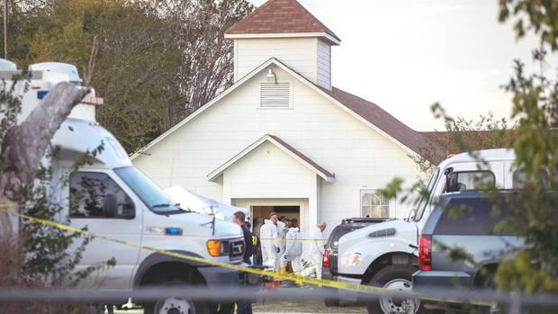 Ermittler untersuchen in Sutherland Springs, Texas, USA, den Tatort - eine Baptistenkirche