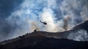 Saudischer Prinz stirbt bei Helikopter-Absturz. Ein Helikopter fliegt über eine Gebirgslandschaft (Symbolbild)
