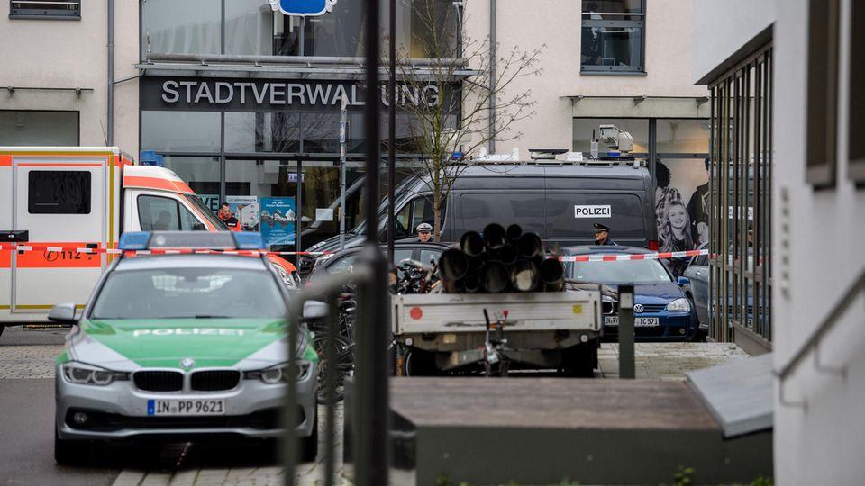 Wegen der Geiselnahme in Pfaffenhofen rückte die Polizei mit einem Großaufgebot aus, auch Rettungskräfte sind vor Ort